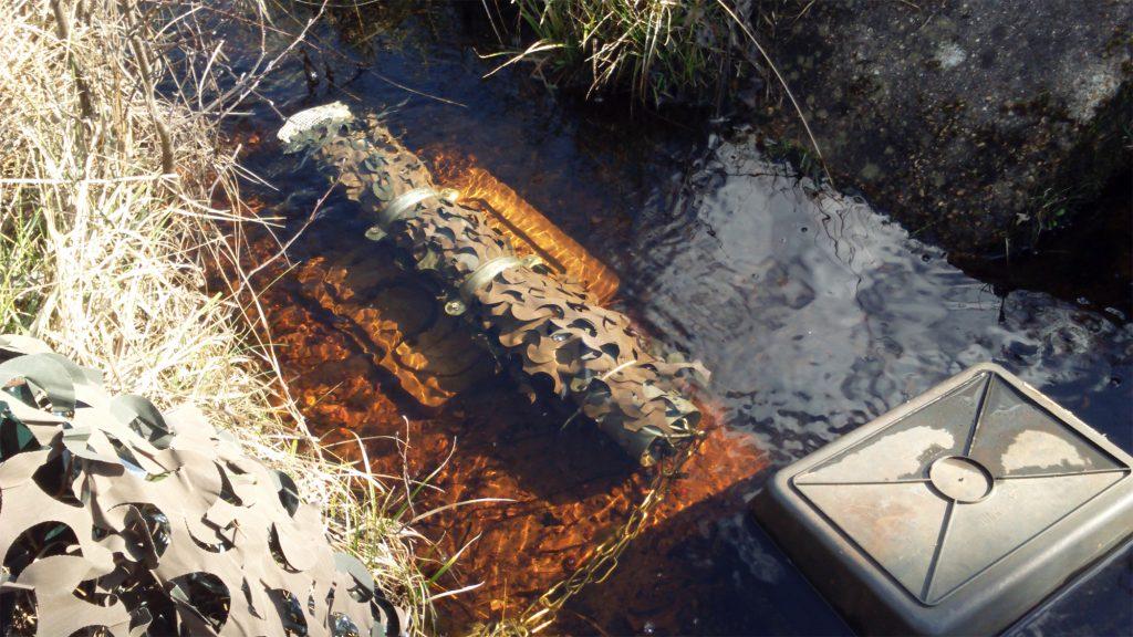 Fluorimètre installé dans le cours d'eau à l' éxutoire de la tourbière de la Guette pour l'estimation des concentrations en carbone organique dissous.