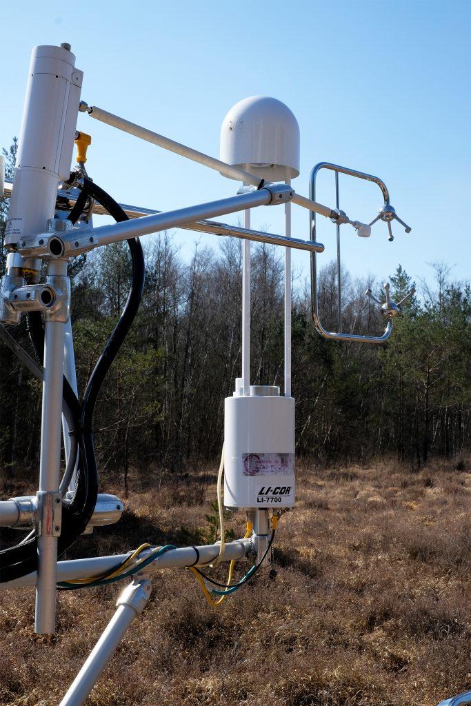 Station eddy covariance de la tourbière de la Guette avec de droite à gauche : anémomètre à ultrasons 3D, analyseurs CO2 et CH4.