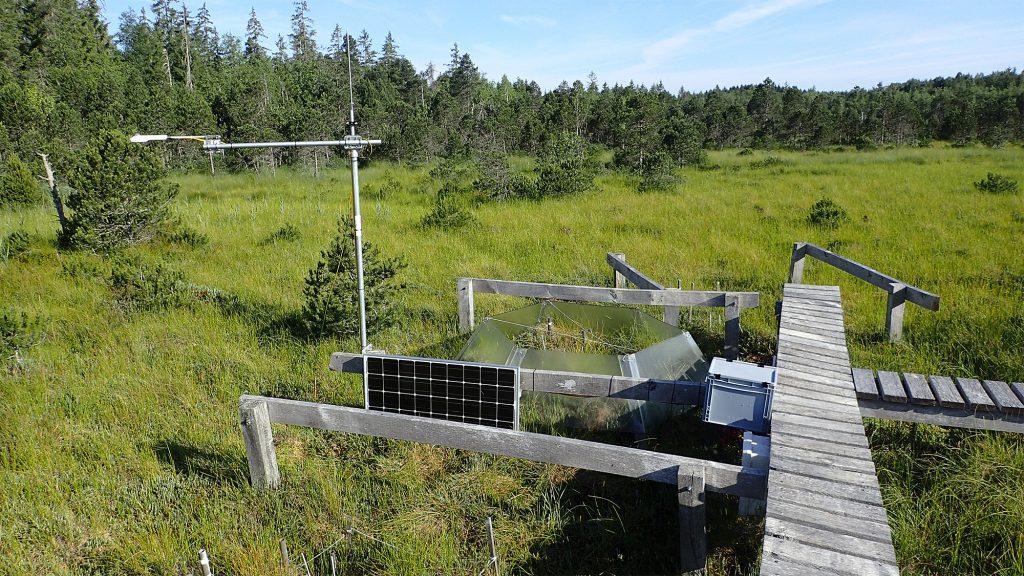 Station de mesure du rayonnement global (A) et expérimentation d'augmentation de la température de l'air avec des « open top chambers » (OTC) à la tourbière de Frasne.