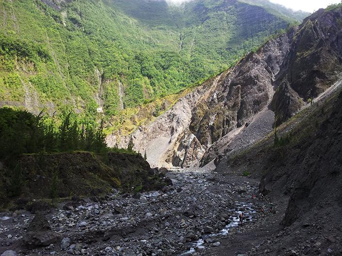 """Partie amont de la Rivière des Pluies (>500m) avec les accumulations détritiques du """"Grand éboulis""""."""